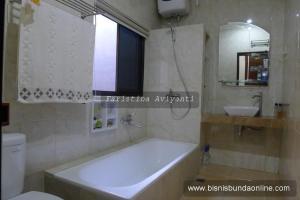 Kamar mandi dalam ruang tidur utama