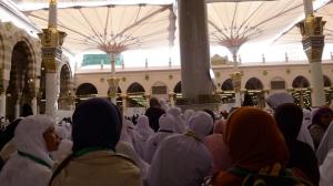 sudah terlihat makam Rasullullah, dibawah kubah warna hijau itu